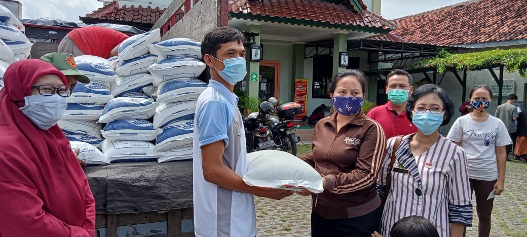 Penyaluran bansos beras Pemerintah kepada keluarga PKH Kelurahan Warungboto Tahap 3