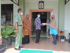 Penyerahan Simbolis Kartu KSJPS (KMS) dari Lurah Warungboto kepada Warga Penerima KSJPS (KMS) Tahun 2021
