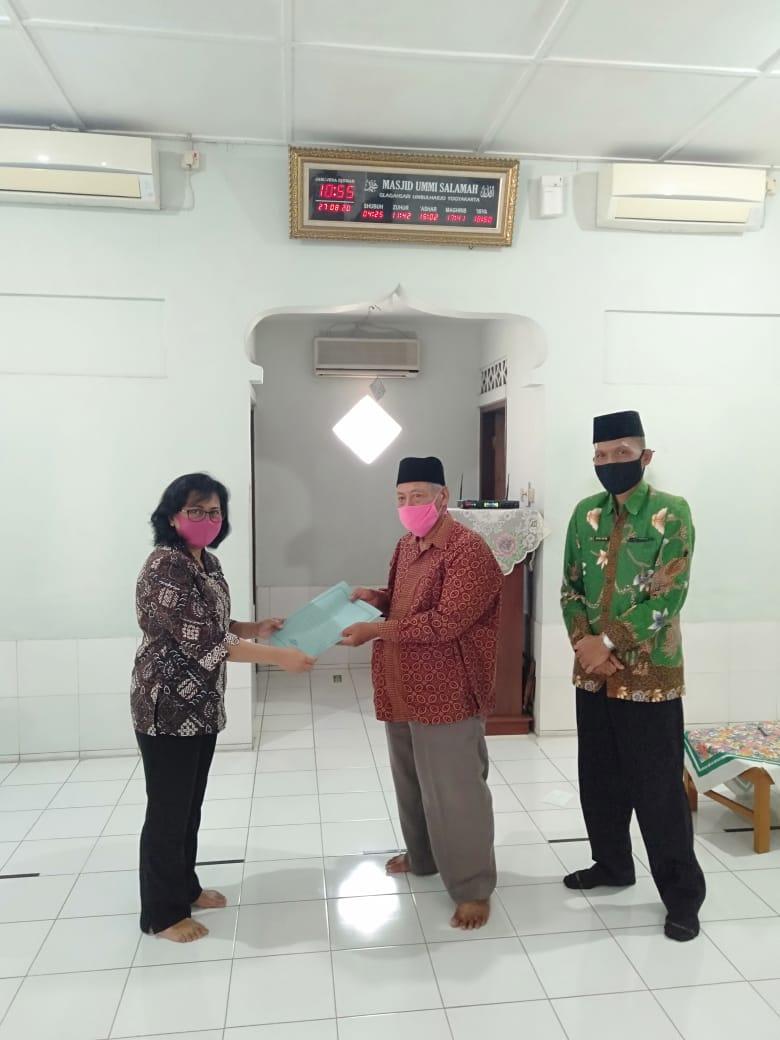 Monitoring dan Penyerahan Surat Keterangan Aman Tempat Ibadah di Masjid Ummi Salamah RW 05 Kelurahan Warungboto